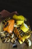Zdrowy jedzenie piec na grillu warzywa na drewnianym stole Zdjęcia Royalty Free