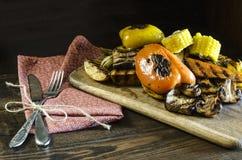 Zdrowy jedzenie piec na grillu warzywa na drewnianym stole Zdjęcie Stock