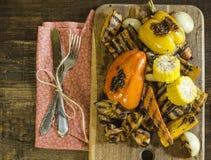 Zdrowy jedzenie piec na grillu warzywa na drewnianym stole Obraz Stock
