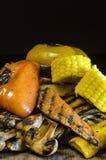 Zdrowy jedzenie piec na grillu warzywa na drewnianym stole Fotografia Stock
