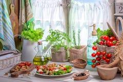 Zdrowy jedzenie przygotowywający w wiosny kuchni Obrazy Stock