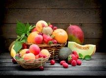 Zdrowy jedzenie, r??ne organicznie owoc, ?wie?a owoc w ?ozinowym koszu zdjęcia royalty free