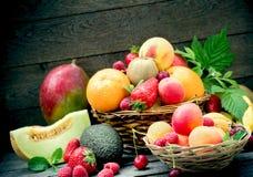 Zdrowy jedzenie, r??ne organicznie owoc, ?wie?a owoc w ?ozinowym koszu - jarski jedzenie zdjęcia royalty free