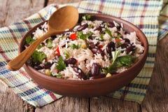 Zdrowy jedzenie: ryż z czerwonymi fasolami w pucharu zakończeniu horyzontalny obraz royalty free