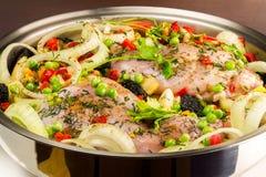 Zdrowy jedzenie, uncooked żywienioniowy królika mięso z różnorodnymi warzywami w niecce, zakończenie widok obraz stock