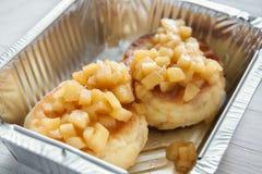 Zdrowy jedzenie w folii pudełku, diety pojęcie W biel talerzu piec jabłko Obrazy Stock