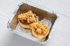 Zdrowy jedzenie w folii pudełku, diety pojęcie W biel talerzu piec jabłko Obraz Royalty Free