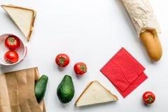 Zdrowy jedzenie w pakunku na bielu stołu tła odgórnego widoku egzaminie próbnym up Obrazy Stock