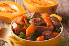 Zdrowy jedzenie: Wołowina gulasz z banią i pikantność zamykamy up horizo Obrazy Royalty Free