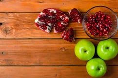 Zdrowy jedzenie: zielony jabłko i granaty na drewnianym stole, przestrzeń Zdjęcie Royalty Free