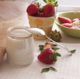 Zdrowy jogurt i świeże truskawkowe jagody Obraz Stock