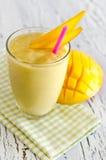 Zdrowy jogurtu mango smoothie zdjęcia stock