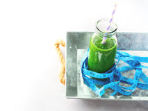 Zdrowy karmowej diety pojęcia zieleni szpinaka smoothie metr fotografia royalty free