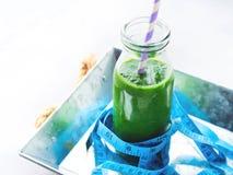 Zdrowy karmowej diety pojęcia zieleni szpinaka smoothie metr obrazy stock