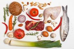 Zdrowy karmowy czysty ?asowanie wyb?r: owoc, warzywo, ziarna, ryba, mi?so, li?cia warzywo na bia?ym tle Odg?rny widok obraz stock