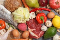 Zdrowy karmowy czysty ?asowanie wyb?r: owoc, warzywo, ziarna, ryba, mi?so, li?cia warzywo na drewnianym tle Odg?rny widok fotografia stock