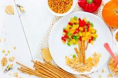 Zdrowy karmowy sztuka pomysł dla dzieciaków kształtował jesieni drzewa z kolorowym obraz stock