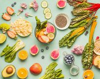 Zdrowy karmowych składników mieszkanie kłaść z różnorodnymi owoc, warzywami, ziarnami i dokrętką na światło mennicy tle, Melanżer obrazy stock
