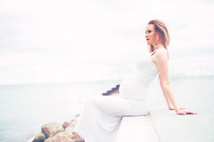 Zdrowy kobieta w ciąży relaksuje przy nadmorski Zdjęcia Stock