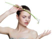 Zdrowy kobiety mienia kwiat odizolowywający na białym tle, zdroju portret Twarzowy traktowanie, kosmetologia, beaut fotografia royalty free