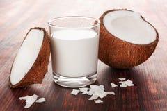 Zdrowy kokosowy mleko w szkle obraz royalty free