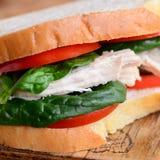 Zdrowy kurczak kanapki przepis Homemamde kurczaka kanapka z pomidorami i szpinakiem na drewnianej desce zbliżenie Fotografia Royalty Free