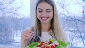 Zdrowy lunch, uśmiechnięta kobieta je pożytecznie jedzenie w tle okno inside zbiory