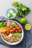 Zdrowy lunchu puchar z kurczakiem, avocado i quinoa, obrazy stock