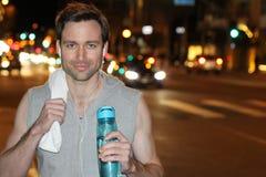Zdrowy męski ono uśmiecha się po pracującego out w miasto ulicach Fotografia Stock