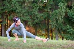 Zdrowy młodej kobiety rozciąganie przed sprawnością fizyczną i ćwiczeniem obraz royalty free