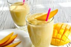 Zdrowy mangowy smoothie pić horyzontalnego Zdjęcia Stock