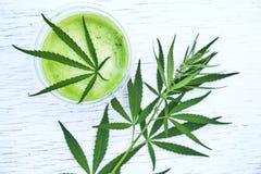 Zdrowy marihuany smoothie na drewnianym tle Naturalny nadprogram, detox i zdrowy utrzymanie, zdjęcie royalty free