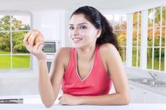Zdrowy model trzyma jabłka w domu Obraz Stock