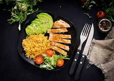 Zdrowy naczynie z kurczakiem, pomidorami, avocado, sałatą i soczewicą, fotografia royalty free