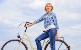 Zdrowy najwięcej ekologicznie zadowalających i życzliwych najwięcej form jaźń transport Kobieta jedzie rowerowego niebo obrazy stock