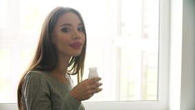 Zdrowy napój Piękna kobieta pije naturalnego jogurt zbiory