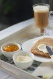 Zdrowy śniadanie: dojna kawa z grzankami Zdjęcie Royalty Free
