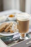 Zdrowy śniadanie: dojna kawa z grzankami Zdjęcie Stock