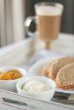 Zdrowy śniadanie: dojna kawa z grzankami Zdjęcia Royalty Free