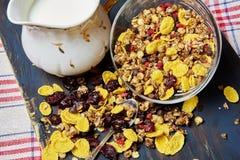 Zdrowy śniadanie na ciemnym drewnianym tle Obrazy Stock