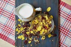 Zdrowy śniadanie na ciemnym drewnianym tle Fotografia Stock