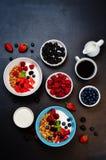 Zdrowy śniadanie z granola, greckim jogurtem, jagodami i mlekiem, Zdjęcie Royalty Free