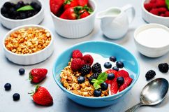 Zdrowy śniadanie z granola, greckim jogurtem, jagodami i mlekiem, Zdjęcia Royalty Free