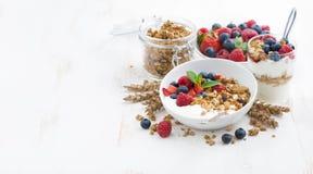 zdrowy śniadanie z naturalnym jogurtem, muesli i jagodami, Zdjęcia Stock