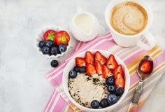 Zdrowy ?niadanie z oatmeal owsiank?, ?wie?ymi jagodami i kaw?, zdjęcie stock