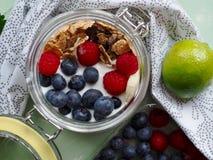 Zdrowy ?niadaniowy jogurt z kukurydzanymi p?atkami i owoc zdjęcia royalty free