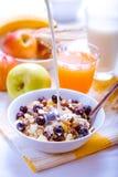 Zdrowy śniadaniowy muesli z czarnymi jagodami Zdjęcie Royalty Free