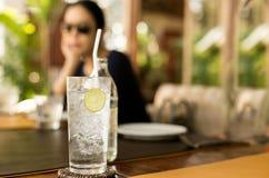 Zdrowy odżywianie woda pitna z cytryną i kobietą Zdjęcie Stock