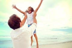Zdrowa zabawy rodzina zdjęcie royalty free
