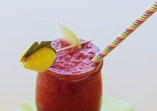 Zdrowy organicznie jagodowy smoothie z papierową słomą i bonkreta pokrajać dekorację, w szklanym słoju obraz stock